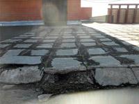 Обследование кровли / Замачивание, разрушение цементной стяжки плиточного покрытия