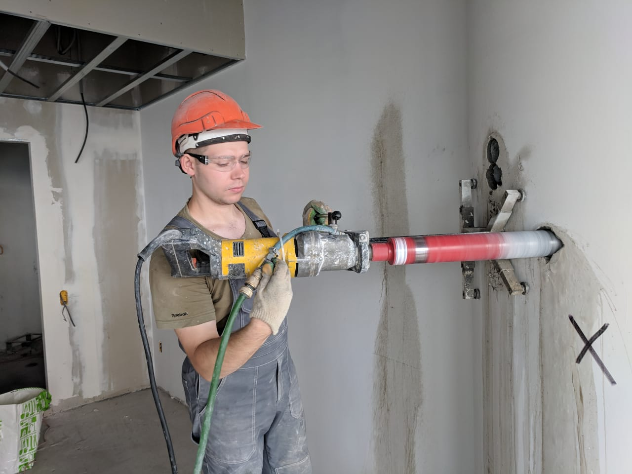 Фото 6. Проведение инструментального обследования здания